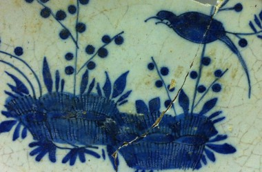 Detail bord, tinglazuuraardewerk, coll. Gemeente Vlaardingen