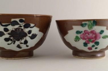 Kopjes porselein, links collectie Gemeente Vlaardingen, rechts: particuliere collectie