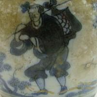 Chinees figuur met knapzak, detail schenkkan, Collectie Gemeente Vlaardingen
