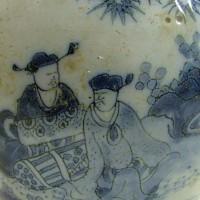 Chinese zittende figuren, detail schenkkan, Collectie Gemeente Vlaardingen